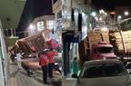Carreta passa por local proibido, quebra e fecha rua em Pinheiros