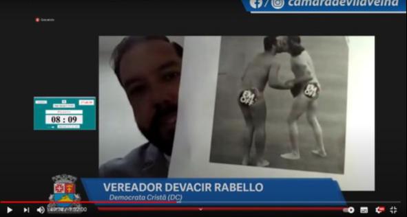Vereador Devacir Rabello mostou uma foto do beijo entre Gil e Fiuk
