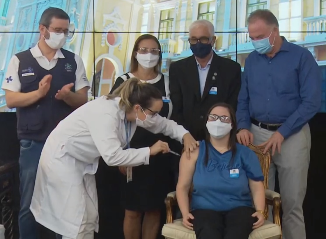 Daniele de Jesus Belo, 32 anos, foi a primeira vacinada do grupo de comorbidades do ES. Crédito: Reprodução/Governo do Estado