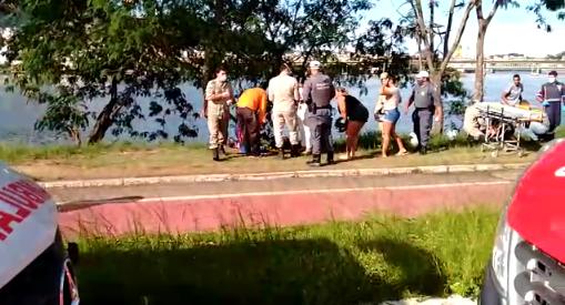 Carro cai na guarda-maré de Porto de Santana, em Cariacica