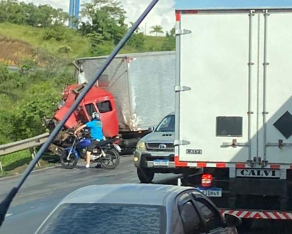 Acidente que aconteceu no quilômetro 247 da BR 101 envolveu três caminhões. Crédito: Leitor de A Gazeta