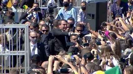 Bolsonaro participa sem máscara de cerimônia pelo 7 de Setembro e gera aglomeração