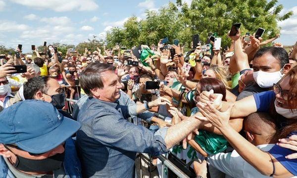 Jair Bolsonaro (sem partido) se aglomera com apoiadores