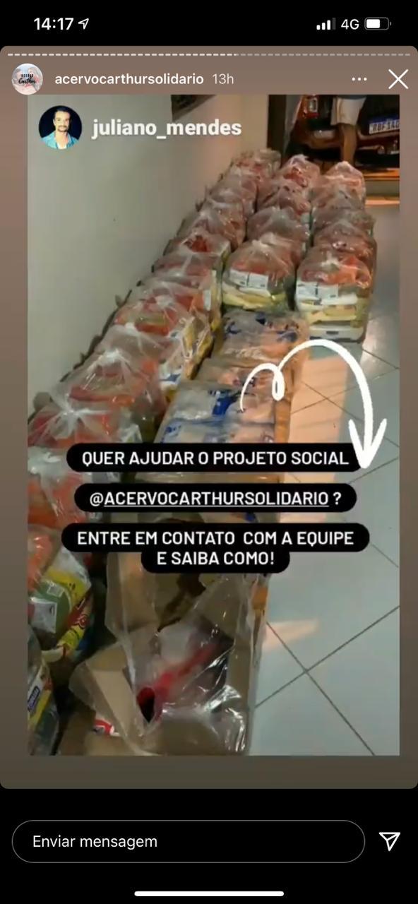 Fãs de Arthur e Carla doam 40 cestas básicas a famílias de Conduru, no ES; ex-brother entregou as doações na cidade capixaba