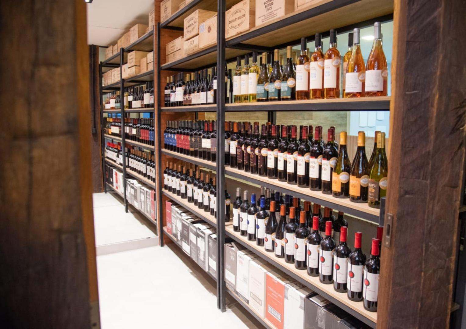 نبيذ للبيع في إمبوريو بيستوت في بيدرا أزول