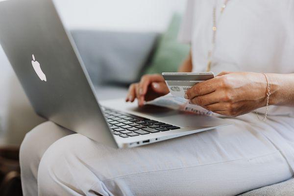 Consumidora finalizando compra na internet