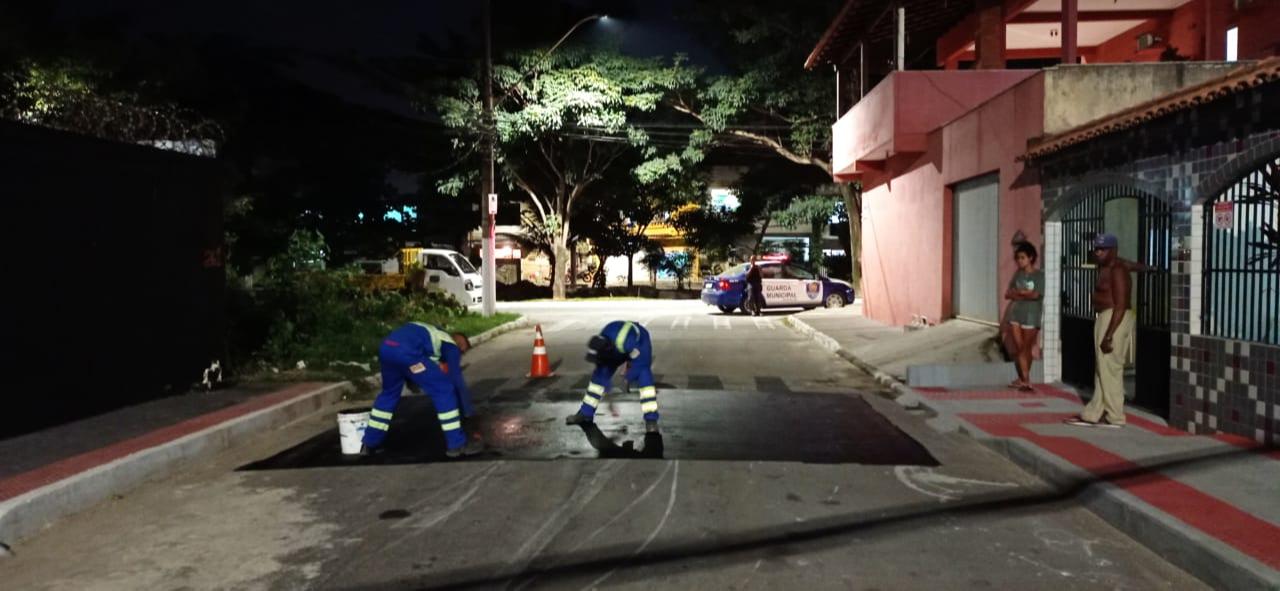 Funcionários removem faixa de pedestres pintada por morador. Crédito: Divulgação/PMVV