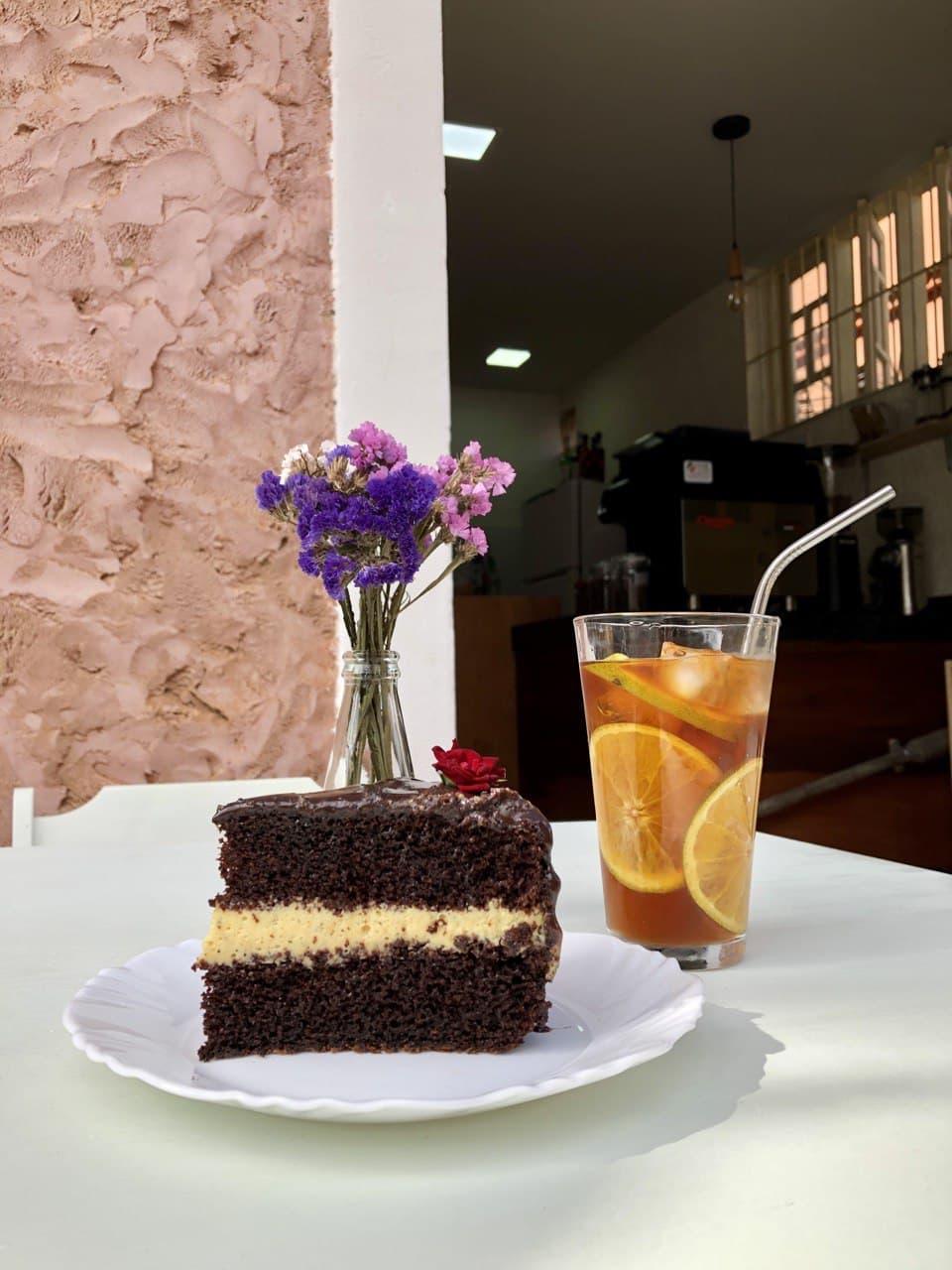 كعكة وشاي من إعداد Afago Chás e Cafés Especiais في سانتا تيريزا