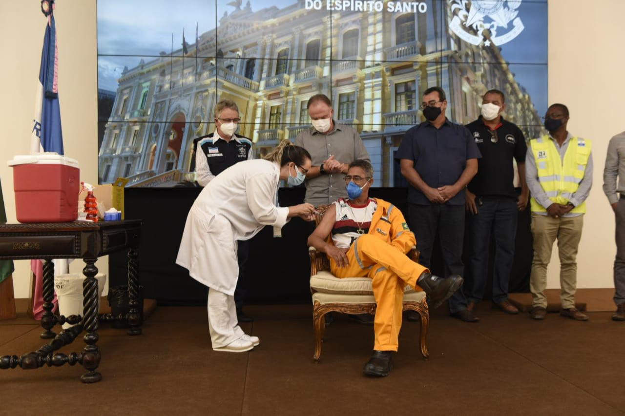 O portuário Jonas Cardoso Manuel, de 58 ano, foi o primeiro vacinado em ato simbólico. Crédito: Vitor Jubini