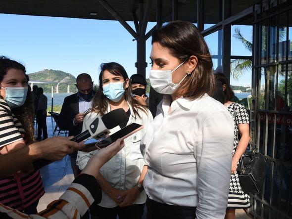 Michelle Bolsonaro come moqueca de peixe e bobó de camarão em visita ao ES    A Gazeta