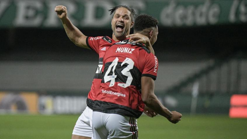 Rodrigo Muniz comemora o gol com Diego. Crédito: Alexandre Vidal / Flamengo
