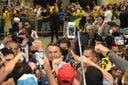 O presidente Jair Bolsonaro cumprimenta apoiadores no Aeroporto de Vitória