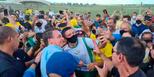 O Presidente Jair Bolsonaro cumprimenta apoiadores no aeroporto São Mateus
