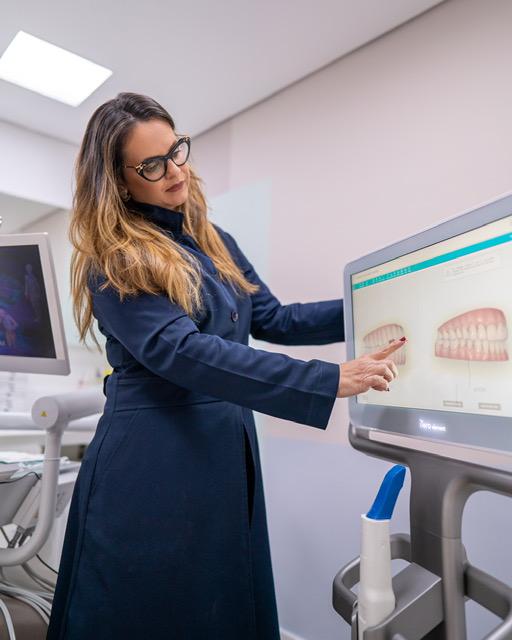 A ortodontista Flávia Machado explica que os alinhadores não requerem restrições alimentares, a fim de evitar danos, pois são removidos tanto durante as refeições como na hora de fazer a higienização.