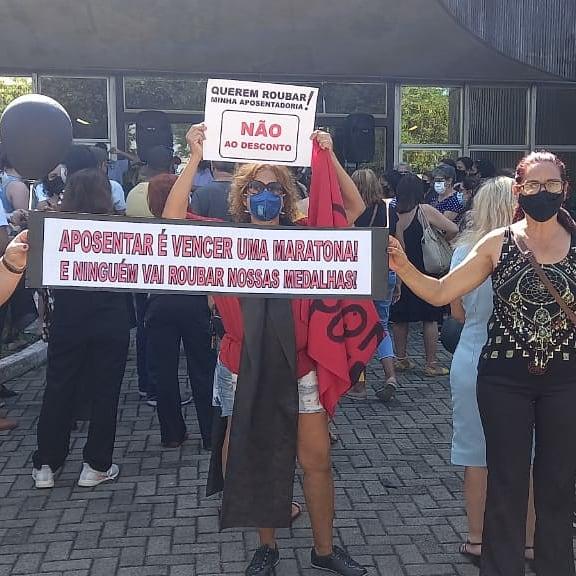 Aposentados e pensionistas protestam em frente a Prefeitura de Vitória contra a contribuição da nova aliquota previdênciaria, aprovada pela reforma da Previdência de Vitória.