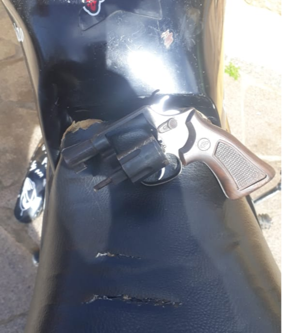 Arma e moto foram apreendidos . Crédito: Divulgação/ Polícia Militar
