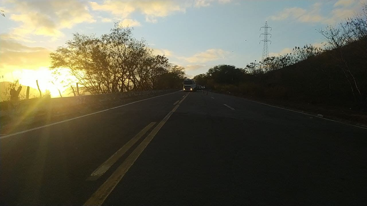 Motorista morre após tombar caminhão em Baixo Guandu. Crédito: PRF