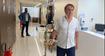 Presidente Jair Bolsonaro caminha pelo hospital