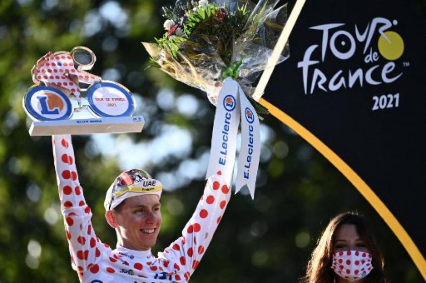 Crédito: Pogacar levanta troféu após vitória (ANNE-CHRISTINE POUJOULAT / AFP
