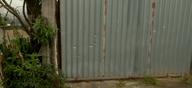 Portão de casa na esquina onde jovem foi assassinado ficou com marcas de tiros