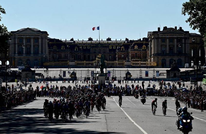 Crédito: Ciclistas na primeira etapa da Volta da França (Thomas SAMSON / AFP