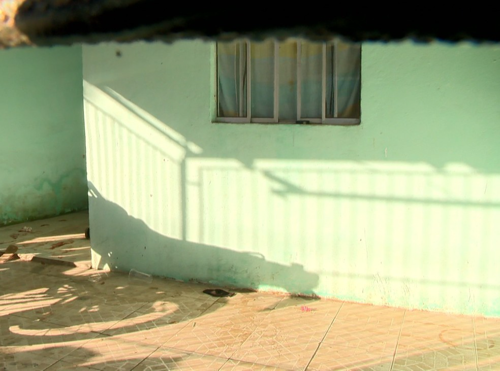 Varanda da casa ficou com marcas de tiros. Crédito: Reprodução/TV Gazeta