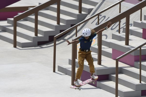 Rayssa Leal fazendo manobras com seu skate v7vsed1m