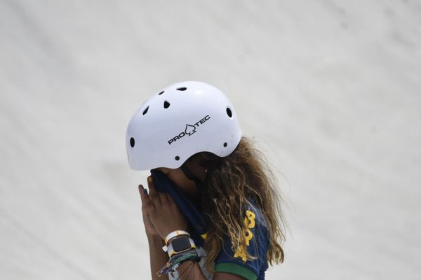 Rayssa Leal fazendo manobras com seu skate fhzly1dap08