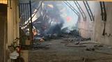Bombeiros continuam fazendo trabalho de combate ao incêndio em madeireira na Serra na manhã desta quarta-feira (4)