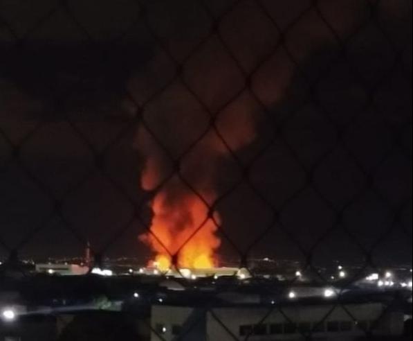 Incêndio atinge madeireira às margens da BR 101, na Serra. Crédito: Renato Alexander