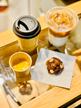 Cookie e bebidas quentes e geladas da rede de cafés