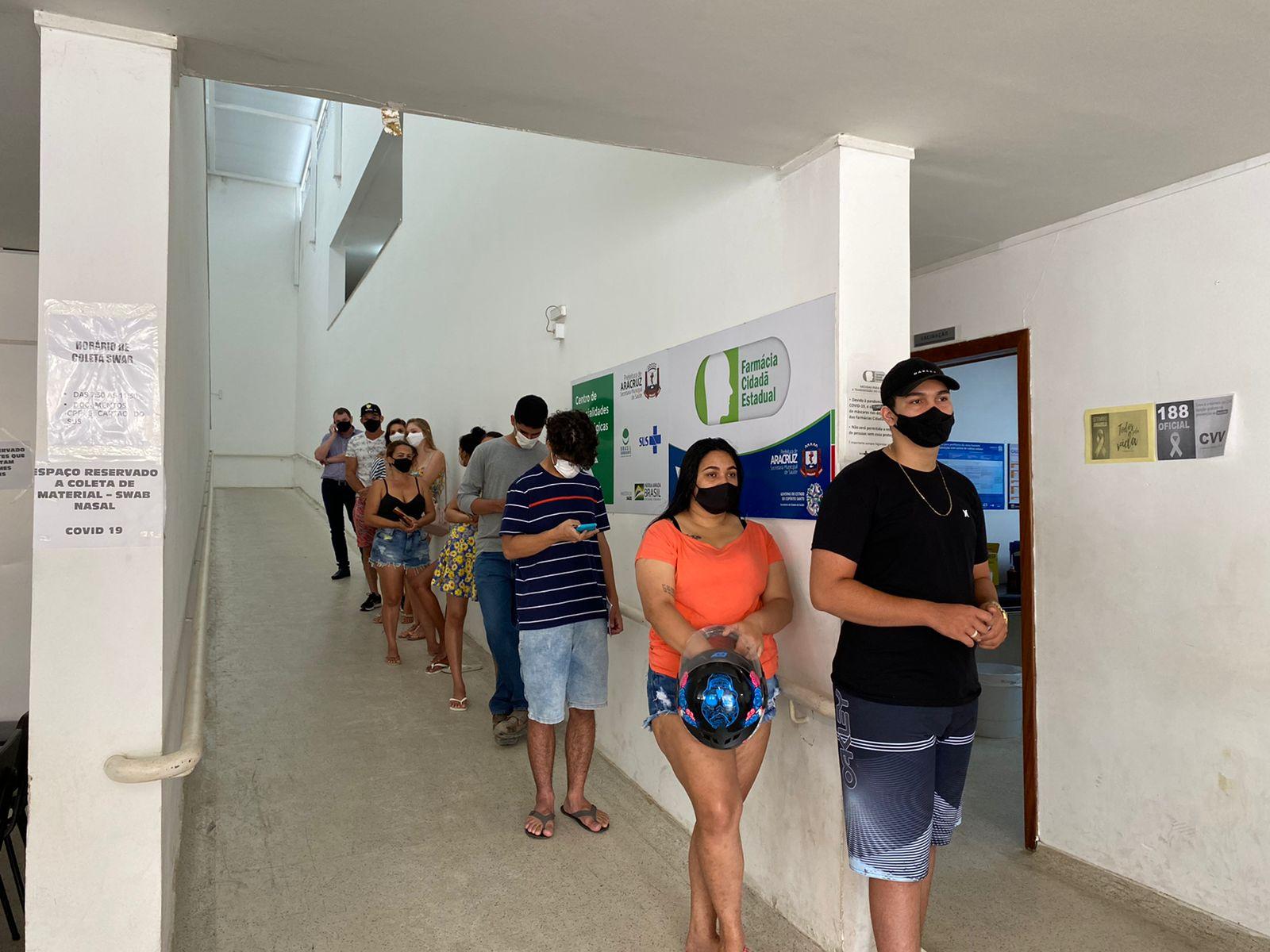 Adolescentes na fila para se vacinar na Unidade de Saúde do bairro Guaxindiba, em Aracruz. Crédito: Paula Brazão