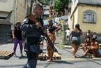 Moradores de Santa Tereza fazem protesto por morte de jovem de 22 anos durante confronto com a PM
