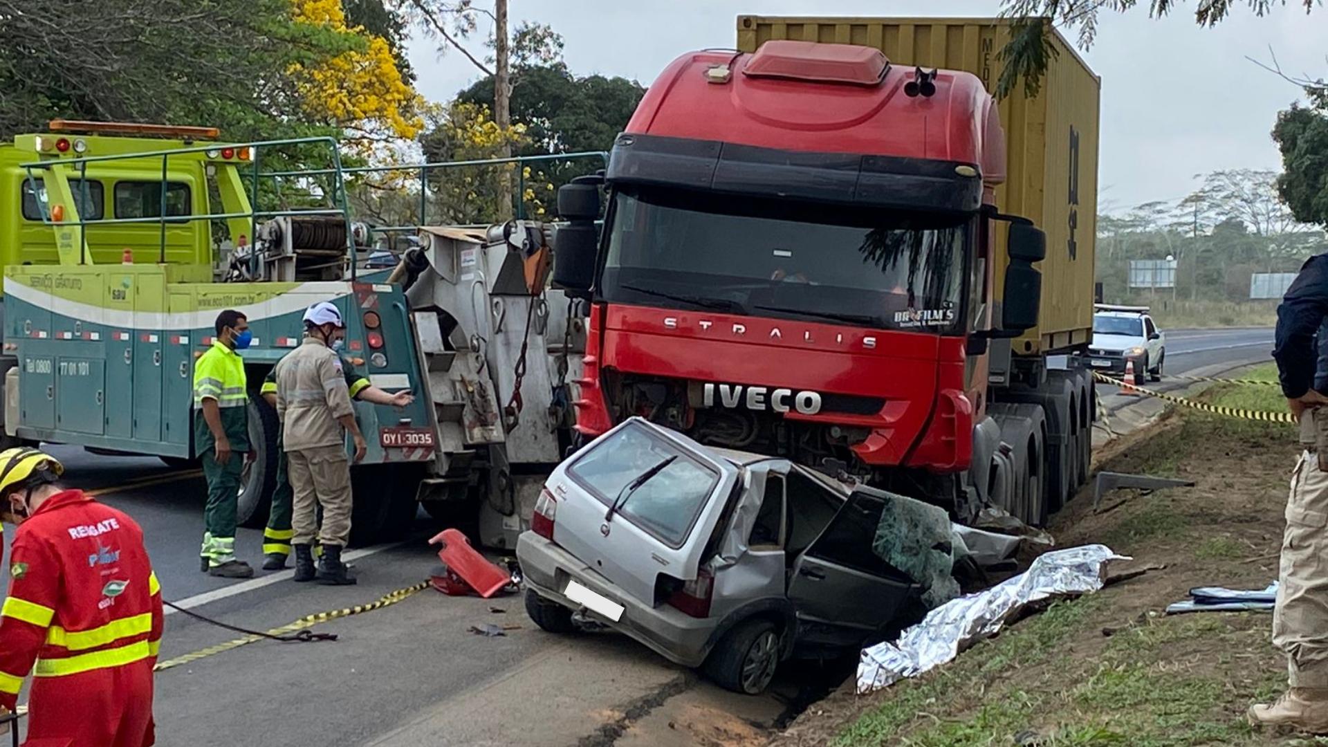 Acidente entre carreta e carro mata pai e filha na BR 101, em Aracruz. Crédito: Paula Brazão