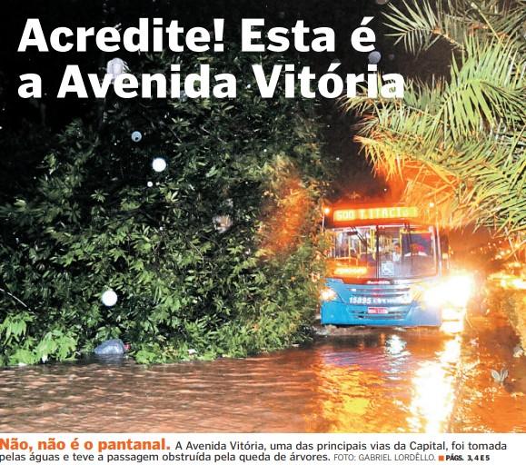 Avenida Vitória, uma das principais da Capital, foi tomada por água e árvores caídas após forte temporal
