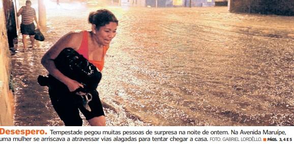 Moradores de arriscaram para atravessar ruas alagadas após forte temporal na Grande Vitória em 2010