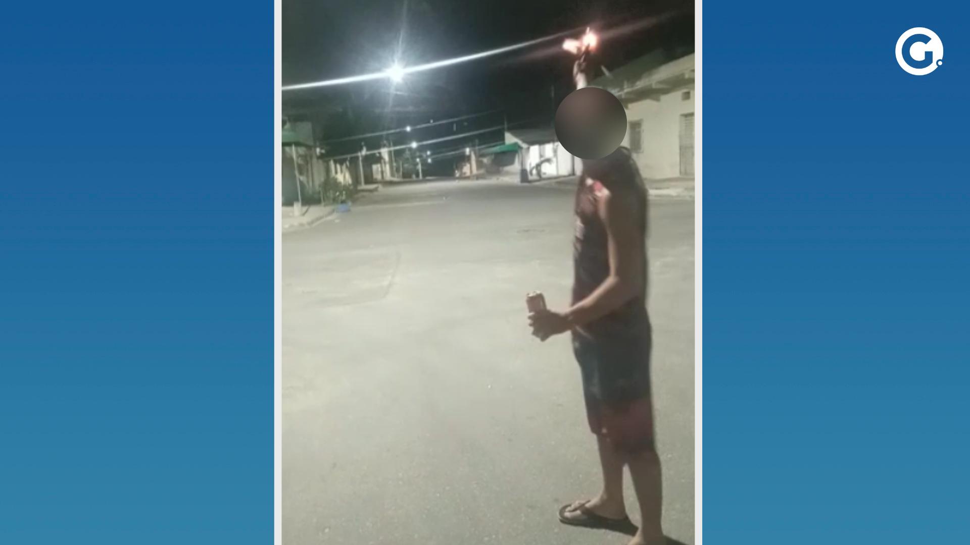 Jovens revezam arma e atiram no meio da rua em bairro de Linhares. Crédito: Redes sociais / Montagem A Gazeta