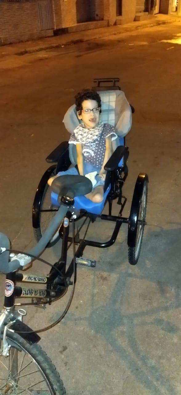Criança passeando no triciclo