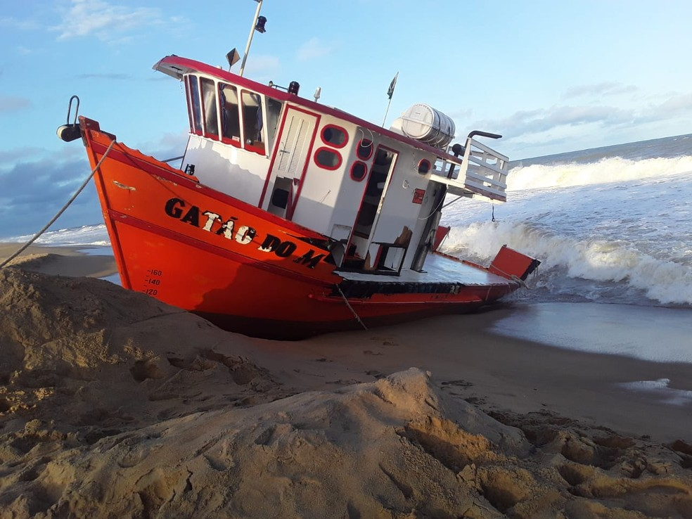 Barco de pesquisa encalha no litoral de Linhares. Crédito: Iremar Moraes